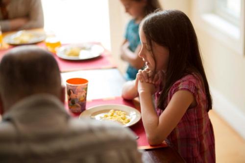 Abbé Plat,prier,prière,repas,bénédicité,bénédiction,signe de croix,agapes,festin,nourriture